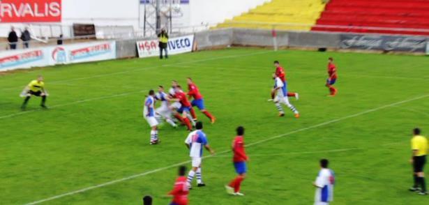 El arbitro anulo un gol del Teruel porque dice que en esta jugada hay una falta del equipo local.