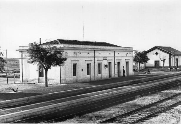 Imagen de la Estación de Azaila, abierta en 1879 (Foto: Manuel Forcada Lázaro, (Foto: ahoraenlacomarca.blogspot.com).
