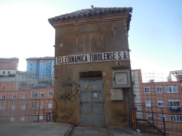 Quedan vestigios de Teledinámica Turolense, fundada hace 102 años, como sus características casetas con el nombre de la empresa en un letrero de cerámica.