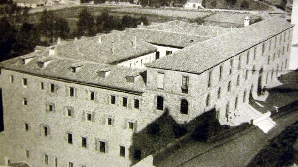 El antiguo convento de Carmelitas, hoy sede de la Delegación Territorial de la DGA,  fue entregado al Ayuntamiento en 1928 para albergar el cuartel de la Guardia Civil.