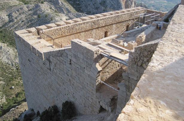 Como ocurrió con otros que salieron a la venta, el castillo de Castellote fue adquirido en 1973 por 150.000 pesetas. En la imagen, obras de restauración una vez recuperado para la villa (Foto: www.castellote.es).