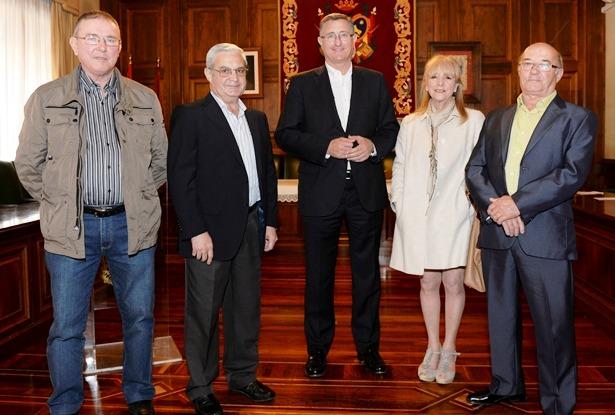 El Alcalde, en el centro, con cuatro de los seis funcionarios municipales que se jubilan