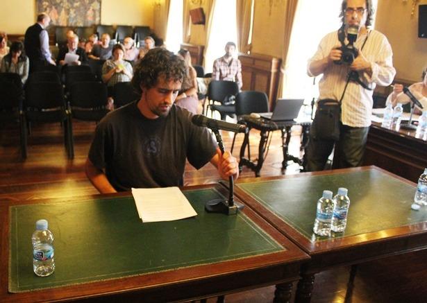Juan Brovia, de CNT Teruel, momentos antes de dirigirse al Pleno del Ayuntamiento de Teruel