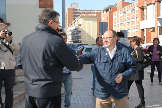 El candidato del PP, Manuel Blasco, y el del PSOE, José Ramón Morro, han coincidido en el colegio electoral, como vemos en la imagen