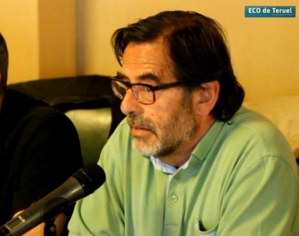 Paco Martin , de CHA, durante su intervencion en el Pleno en este tema. Él y carmen Tortajada , de IU, han ido mucho mas al meollo del asunto , dejando las pugnas electorales de lado