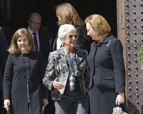 En la imagen , tomada en Zaragoza el mes pasado en un fuenral. puede verse a la vicepresidenta del Goabierno , Soraya Saenz. A la derecha , la presidenta de Aragón. Y en el centro Pilar Muro, entre otras cosas, miembro del patronato de la Unversidad San Jorge