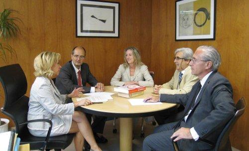 Imagen de archivo de una reunión del  rector de la Universidad San Jorge, Carlos Pérez Caseiras y su equipo, con la consejera de Educación, Cultura, Deporte y Universidad, Dolores Serrat,