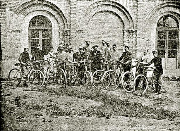 """En 1896 –foto- Teruel ya contaba con un """"club velocipédico"""" –foto-. La primera carrera de bicis de la que tenemos constancia se disputó tal día como hoy en 1918, venciendo Marcelino Garitas (Fuente: Biblioteca Virtual de Prensa Histórica)."""
