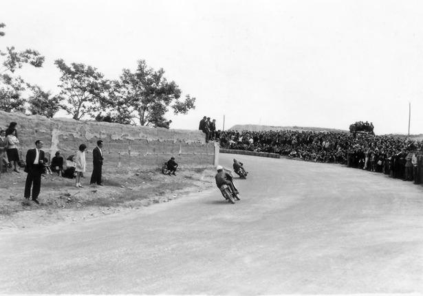 La avenida de Aragón –antes de la División Azul- fue construida por los socios del Moto Club Turolense, sufragando el Gobierno Civil los materiales, con fin de completar un circuito de velocidad, inaugurado un día como hoy en 1961.