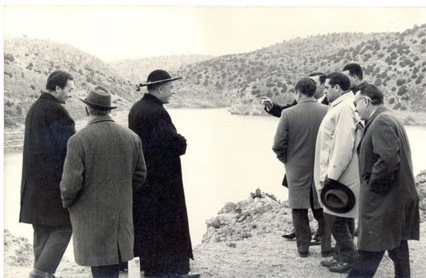 En 1967 fue inaugurado el embalse del Arquillo de San Blas; en la imagen, visita del entonces delegado nacional de Educación Física y Deportes, Juan Antonio de Samaranch, unos meses antes de la inauguración oficial (Foto: Documentos y Archivos de Aragón).