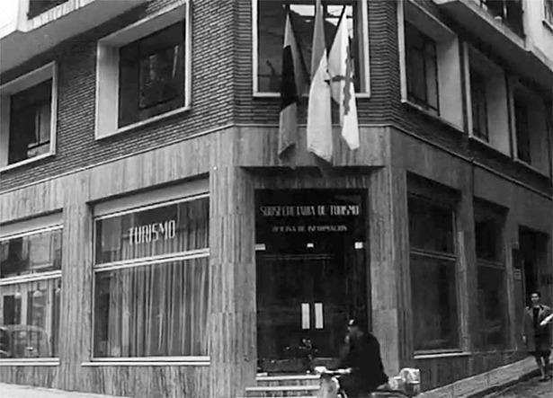 La primera oficina de Turismo, inaugurada un día como hoy en los bajos del Ayuntamiento, fue sustituida por la que durante muchos años estuvo ubicada en la calle de Carrasco, en la imagen.