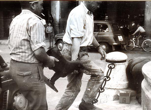 """Tras unas obras de restauración de la fuente en 1969 la estatuilla del Torico fue reincorporada a su lugar un día como hoy (Foto: """"Lucha""""/Fidel Cantín)."""