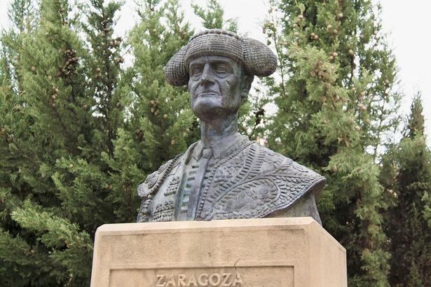 Nicanor Villalta toreó por primera vez en México, un día como hoy, país al que había emigrado su familia. En la imagen, busto del diestro junto a la plaza de toros de Zaragoza (Wikipedia).