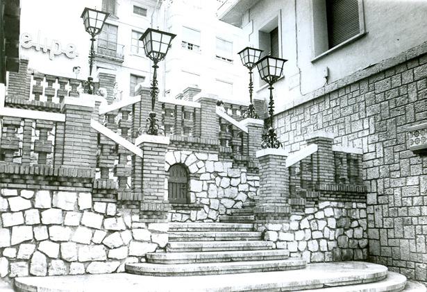 Las farolas que durante mucho tiempo iluminaron las escaleras de la calle de la Amargura fueron un obsequio del Banco de Bilbao, ubicado al lado.