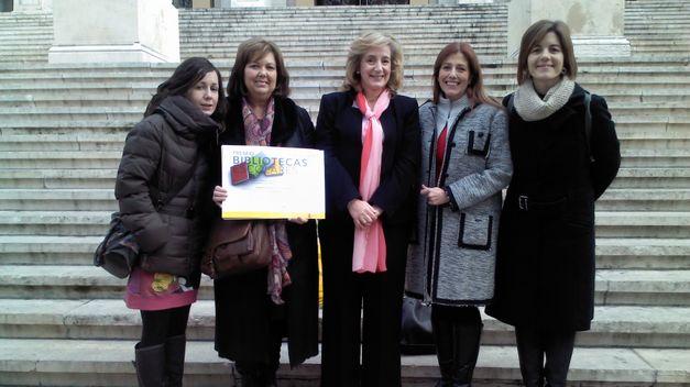 En esta imagen de archivo podemos ver a miembros del equipo directivo del CEE Arboleda , recibiendo otro premio