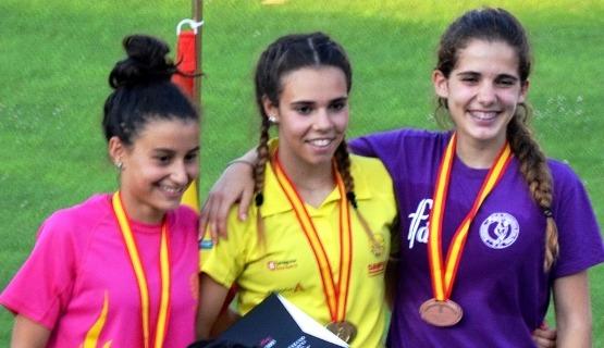 En el centro, Erika Torner con su flamante medalla de Campeona de España Juvenil