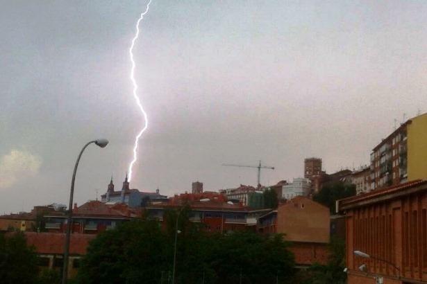 Un rayo sobre nuestra ciudad esta tarde.Desconocemos al autor de la impresionante foto, que se ha publicado en diversos grupos de Facebook de temática turolense