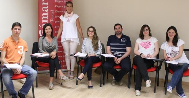 En la imagen, Maribel Vilaplana, de pie, con sus alumnos en las aulas de Cámara Teruel