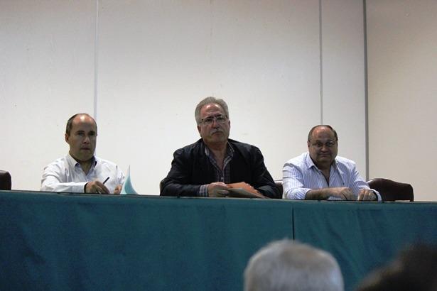 En la imagen, la Presidencia de la Asamblea del CD Teruel de esta trade. De izquierda a derecha Carlos Polo, Ramón Navarro y Mariano Escalera