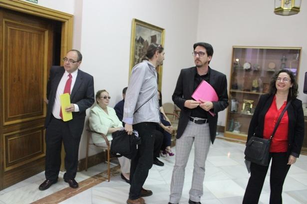 PSOE, Ganar y CHA salen de la reunión que han mantenido en la escalera. El posible pacto no hubiera servido de nada, visto el resultado final de la votacion