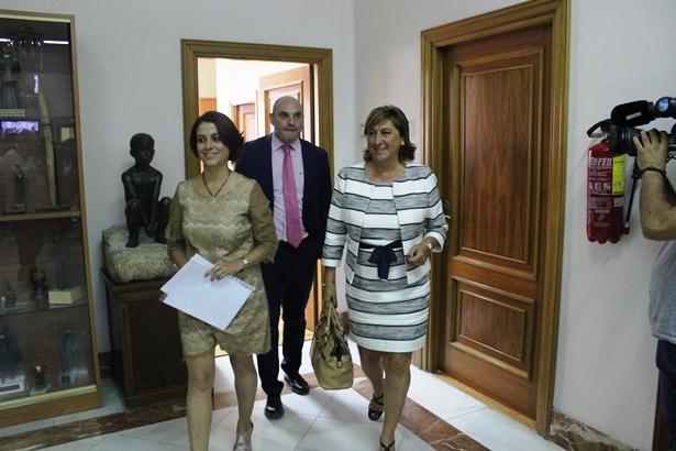 de derecha a izquierda, los diputados del PP Carmen Pobo, Juan Carlos Gracia y Enma Buj, salen de la reunión de ultima hora con el PAR