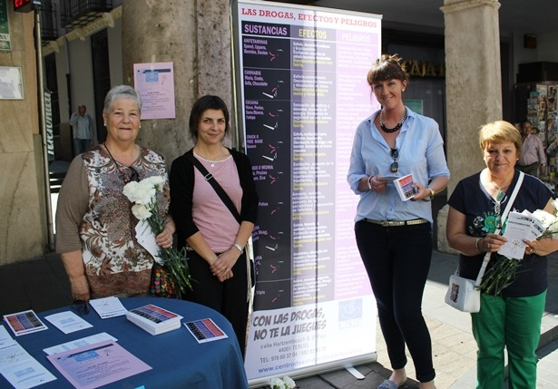 Miembros de Centro Solidaridad de Teruel , esta mañana junto a la Mesa informativa que han instalado