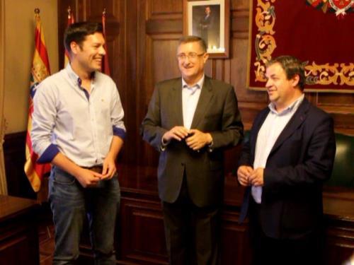 De izquierda a derecha, el nuevo concejal de Fiestas y Deporte, Javier Domingo , el Alcalde Manuel Blasco, y el concejal de urbanismo  y ahora también de Policía Local, Jesús Fuertes