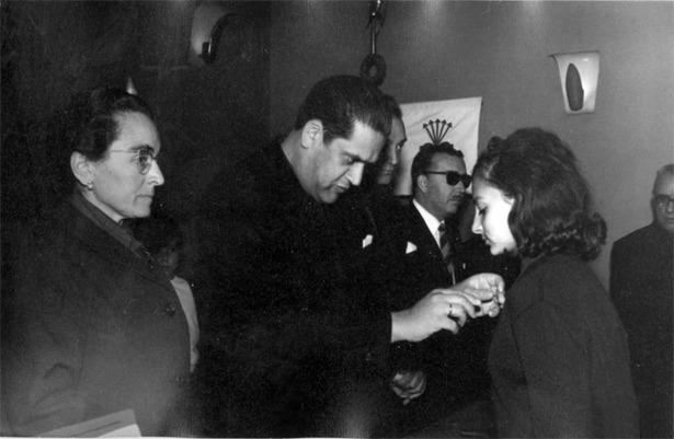 Un día como hoy dejó su cargo el gobernador Federico Trillo-Figueroa, padre del exministro de Defensa del mismo nombre, hoy embajador de España en Reino Unido. En la foto, durante un acto de la Sección Femenina (Documentos y Archivos de Aragón).