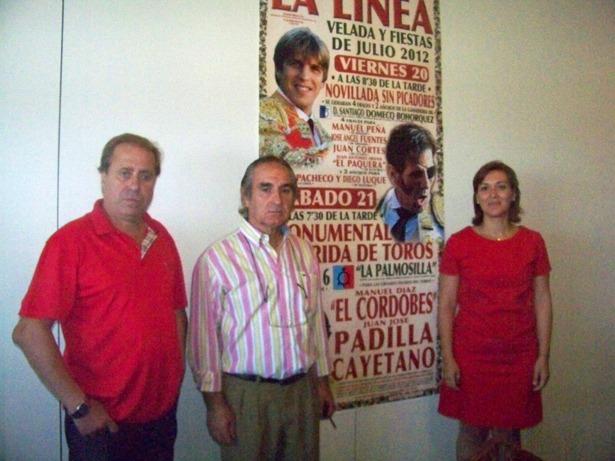 Justo Benítez salió a hombros en su presentación en Teruel, un día como hoy. En la foto, durante su etapa de empresario taurino, en el centro de la imagen (www.lalineadigital.es)