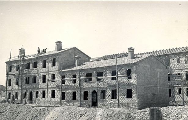 Construcción de un grupo de 50 viviendas en Alcañiz, que serían inauguradas un día como hoy en 1957 (Documentos y Archivos de Aragón).