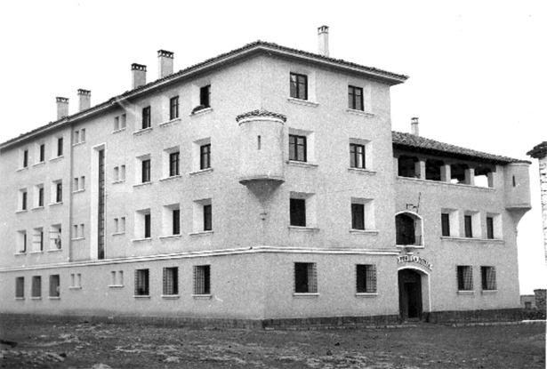 Cuartel construido por Regiones Devastadas para la Guardia Civil de Sarrión el año 1947; uno anterior se remonta a 1872 (Documentos y Archivos de Aragón).