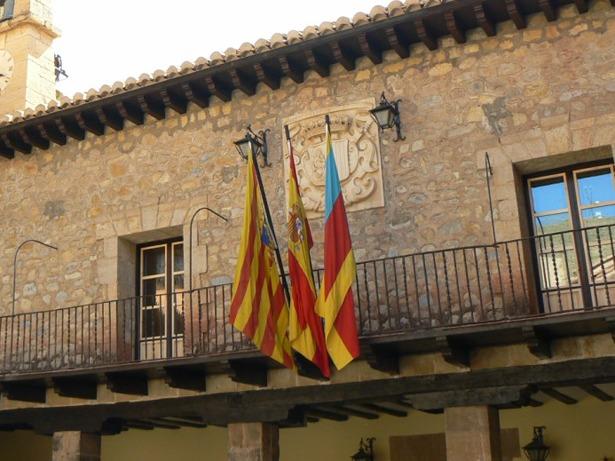 El escudo de piedra que hay en la fachada el Ayuntamiento de Albarracín se colocó un día como hoy cuando corría el año 1952.