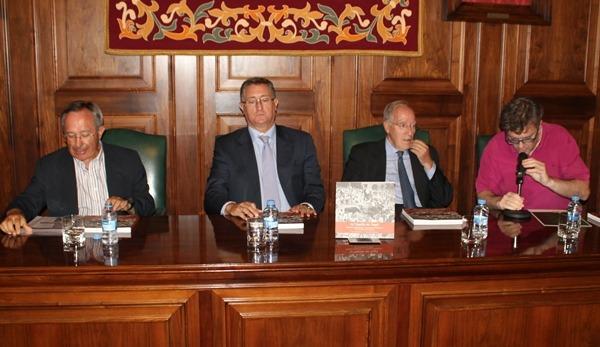 De izquierda a derecha, el autor ,Paco Gomez, el Alcalde , Manuel Blasco, Manuel Pizarro y Pablo Perruca