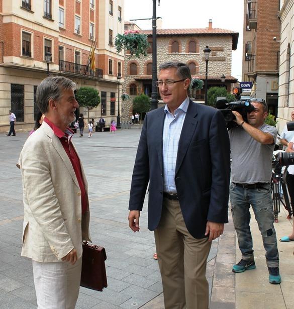 El Alcalde de Zaragoza, a la izda., ha sido recibido por el turolense en la puerta del Consistorio