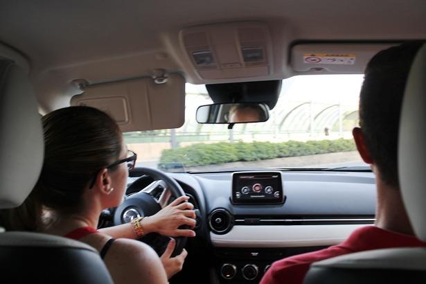 Nuestra compañera Maria Tejerina, conduciendo un Mazda de los expuestos en la Fuente Torán