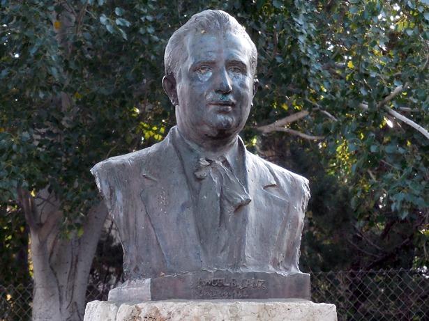 Ángel B. Sanz, que fue un personaje relevante de la política y sociedad turolense, falleció el 21 de agosto de 1979. Busto que le dedicó la ciudad junto a la ermita del Carmen.