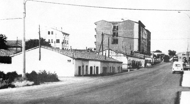"""Las """"casas baratas"""" que flanqueaban la carretera de Alcañiz desaparecieron hace 30 años para dar paso a los actuales bloques de viviendas."""