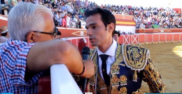 El novillero Antonio Puerta habla con nuestro compañero Aniceto Blasco, ayer por la tarde en la Plaza de Toros de Cella