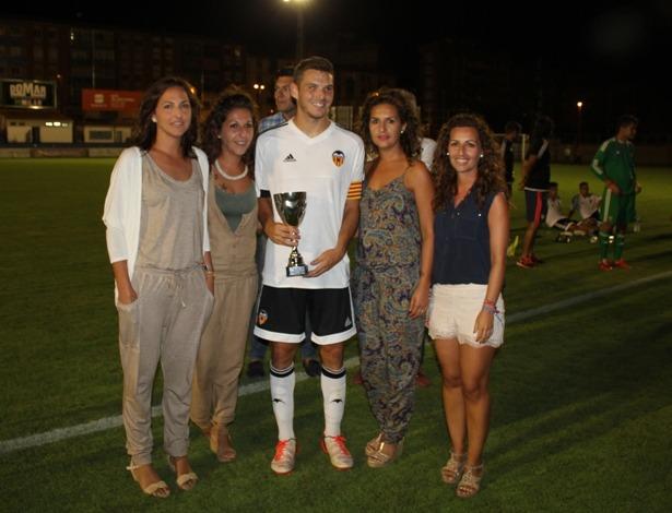 El capitán del Mestalla posa con ek Trofeo y con la hijas de Santiago Rueda