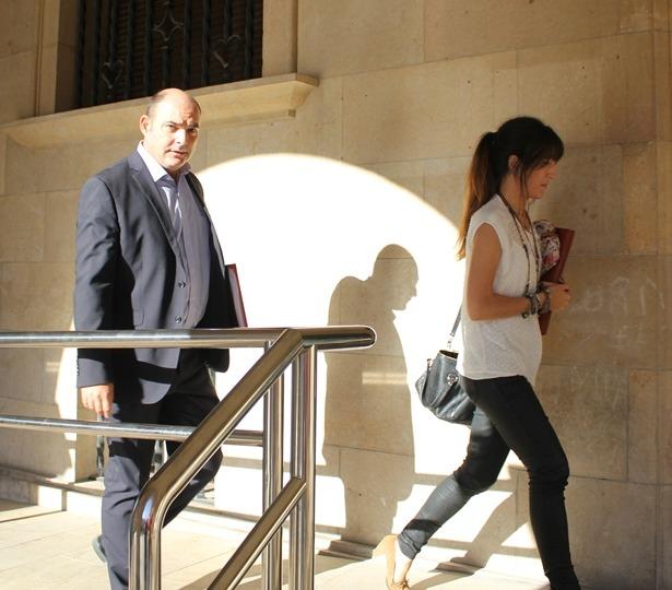 El Alcalde Alcañiz , Juan carlos Gracia,entra en los juzgados de Teruel acompañado de su abogada, Maria José Romero