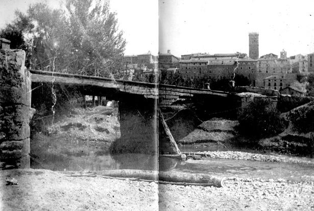 Aspecto del puente de tablas en 1895, seis años después de que se prohibiera el paso dado su mal estado.