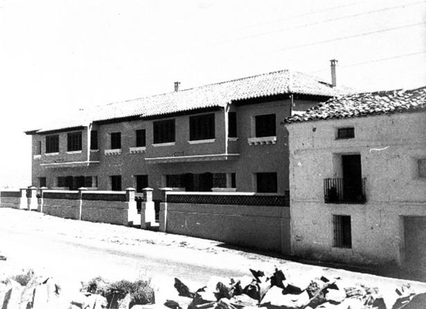 Vivienda de los maestros de Sarrión, una de las realizaciones de Regiones Devastadas inauguradas en 1954 (Foto: Documentos y Archivos de Aragón).