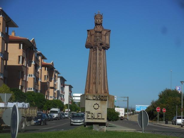 La figura de Alfonso II –obra de Pepe Gonzalvo- que recibe a quienes entran a Teruel por la Fuenfresca, representaba a Fernando el Católico cuando fue colocada en el acceso a la Fuente Cerrada, un día como hoy de 1971.