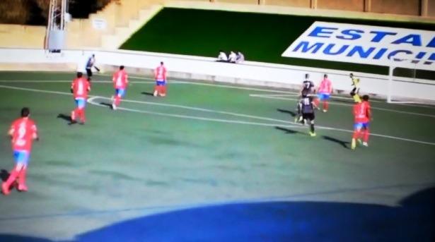 En la imagen , el disparo de Silva que ha supuesto el primer gol(Imagenes cedidas por el CD Teruel)