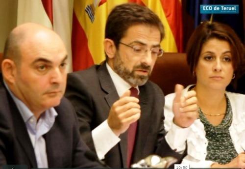 En la imagen, a la izquierda, Juan Carlos Gracia durante el debate que pedía su dimison