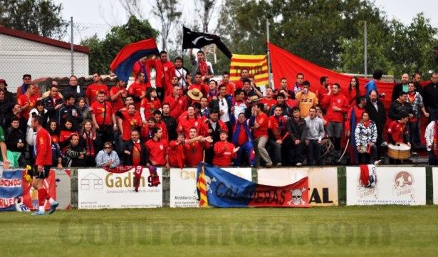 Imagen de Mayo de 2010 en la que se puede ver a la peña Los calaveras en la localidad de Noja, durante el partido de la promoción de ascenso a Segunda B de ese año