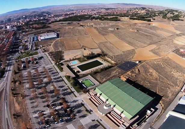 En la imagen aerea , tomada por el dronEco, se ve la zona donde podría ubicarse la nueva piscina cubierta