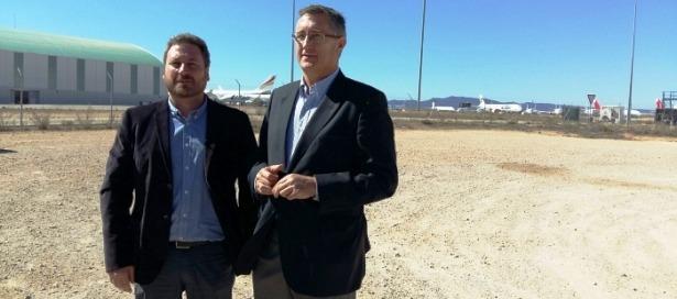 En la imagen, el Consejero Soro y el Alcalde Blasco, esta mañana en Caudé