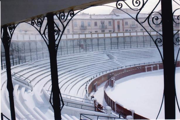 una imagen de la Plaza de toros de Teruel cubierta de nieve (Foto de José Julio Torres)
