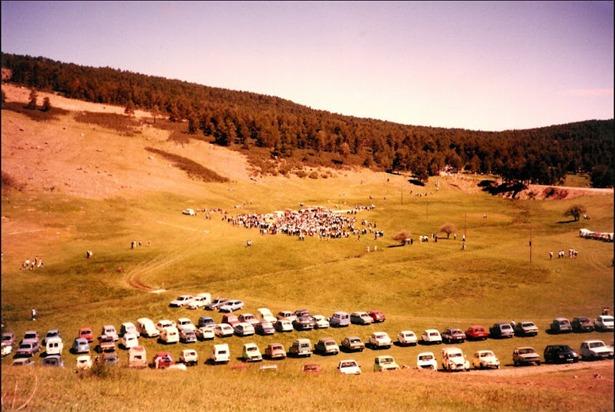 Hace 24 años se inició la celebración del Día de la Comunidad de Albarracín; en la imagen, automóviles de los asistentes a una de las primeras ediciones en Noguera de Albarracín (Foto: www.nogueranaturalmente.com).